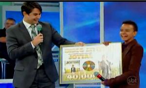 Cantor Jotta A recebe disco de ouro no programa Raul Gil