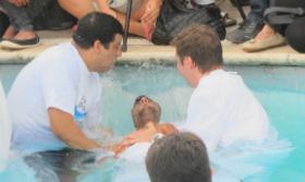 'Jesus é o meu único e suficiente salvador', diz Léo Moura ao ser batizado