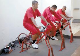 Detentos pedalam para produzir energia elétrica e reduzir pena