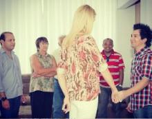 Regis Danese recebe visita de Ana Hickman e conta testemunho de recuperação de sua filha Brenda