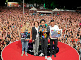 Thalles Roberto recebe Disco de Ouro e de Platina em evento gospel