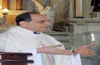 """Jovem esfaqueia padre e afirma que seguiu uma """"ordem de Deus"""""""