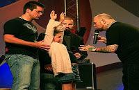 Evangelista que cura pessoas com câncer chutando-as no rosto causa polêmica