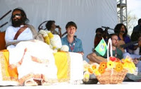 Guru Indiano reúne multidões no Brasil para ensinar sobre espiritualidade