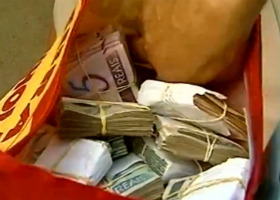 Pedreiro encontra pasta com mais de R$ 50 mil e devolve aos donos