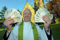 Pastor distribui dinheiro para membros de sua igreja durante culto