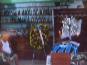 Vídeo: Igreja nega espaço para velar jovem morto e corpo foi velado num bar no bairro