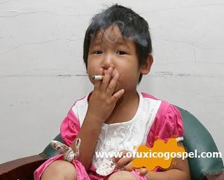 Menina de 3 anos de idade, começou a fumar e beber depois de acordar de um coma.