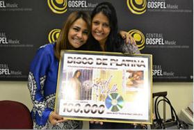 Raquel Mello recebe Disco de Platina por mais de 100 mil CDs