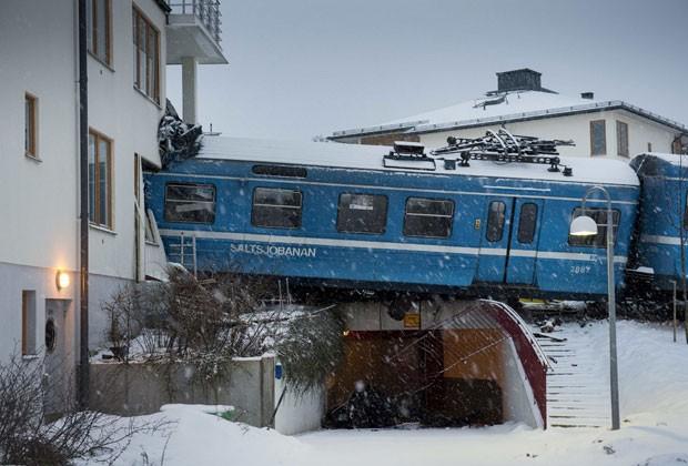 Mulher rouba trem e bate com ele em prédio na Suécia