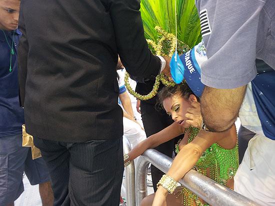 Carnaval: Modelo perde os cabelos para tirar fantasia