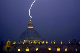 Sinal divino? Raio atinge Basílica de São Pedro no Vaticano no dia da renúncia do papa Bento XVI