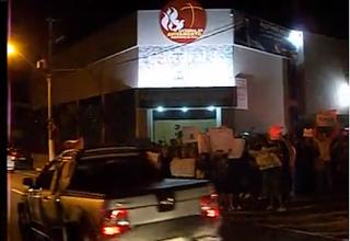 Manifestantes tentam invadir igreja do Pr Marco Feliciano durante culto