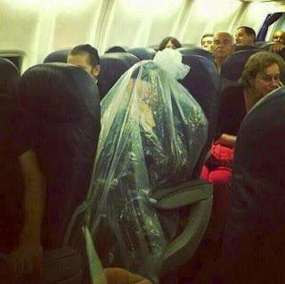 Sacerdote se cobre com plástico em voo para evitar cemitérios