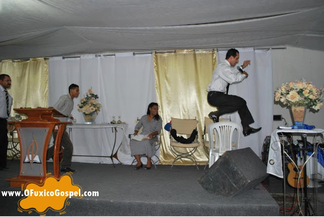 Pastor voa por cima de cadeira durante pregação. Veja foto