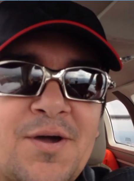Regis Danese posta vídeo pilotando avião