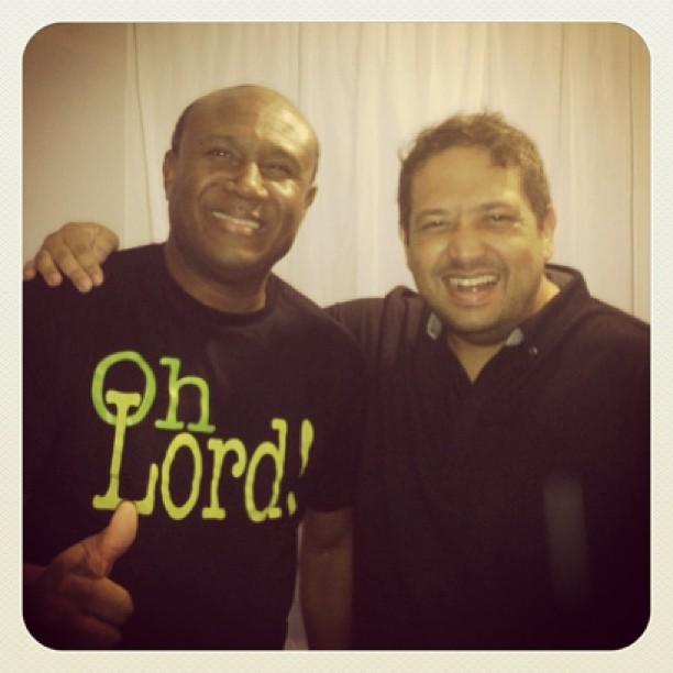 Pausa pra foto: Fernandinho e irmão Lázaro se encontram em show na Bahia