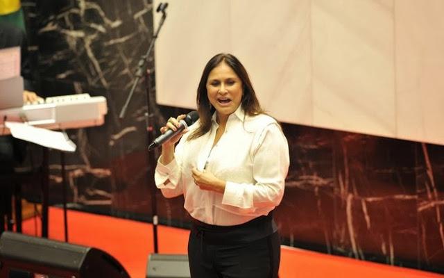 Fafá de Belém leva tombo enquanto cantava o Hino Nacional