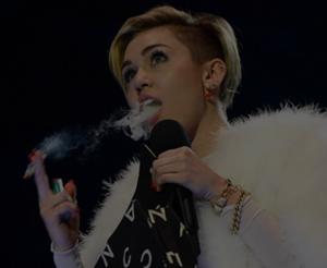 Polêmica: cantora acende cigarro de maconha no palco e assusta fãs