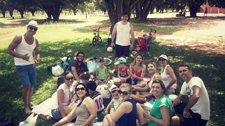 De Férias, Vocalista do Oficina G3 faz piquenique no parque com amigos