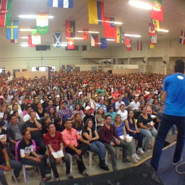 Seminário Loucos Por Jesus  reúne milhares de jovens em Curitiba