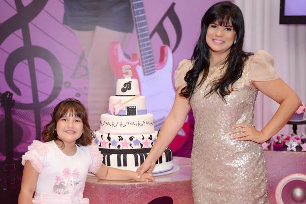 Mara Maravilha comemora aniversário com filha de Regis Danese