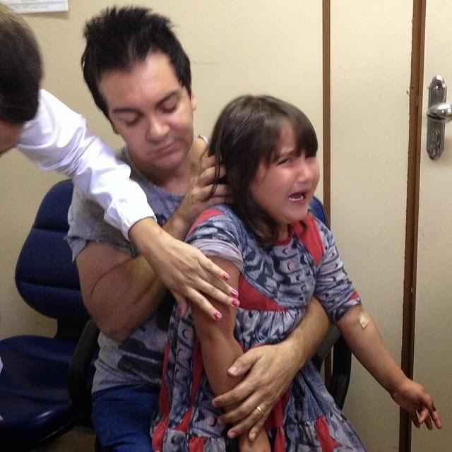 Paizão - Regis Danese leva filha filha Brendha para tomar vacina contra gripe