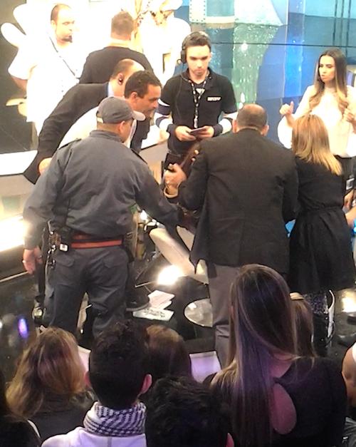 Luciana Gimenez cai endemoninhada ao vivo e programa sai do ar