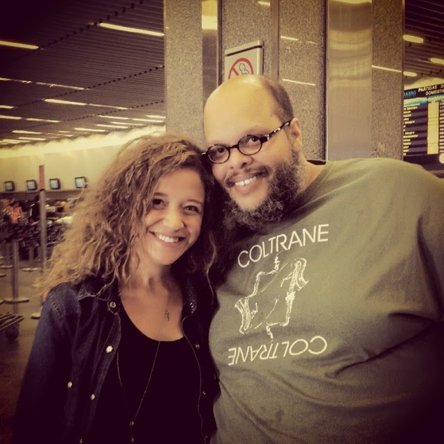 "Arianne ""Tieta"" Ed Motta em aeroporto"