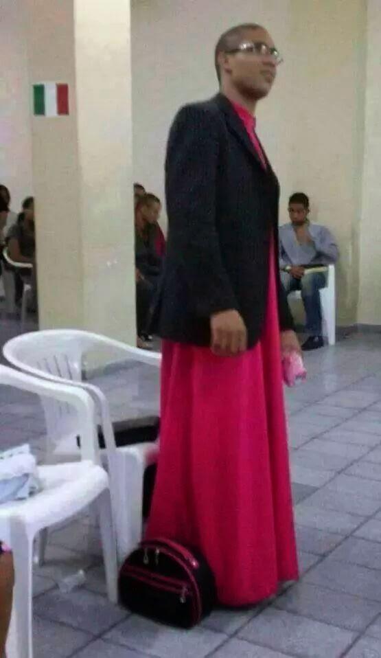 Homem vestido de mulher dentro de igreja, vira Hit na internet