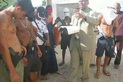 Pastor prega para traficantes armados, enquanto cantores gospel fazem farra com dinheiro dos crentes