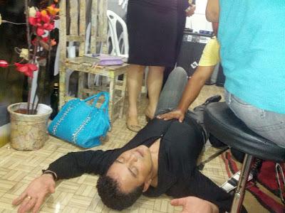 Renner endemoninhado, fotos mostram o cantor se debatendo no chão