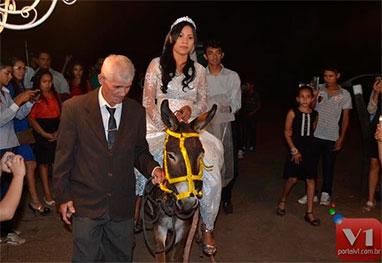 Cantora gospel se casa, montada em um jumento
