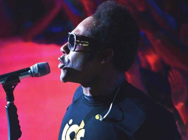 Musica gospel - Estranho: Thalles Roberto se tranca no camarim antes dos shows, e sai falando sozinho