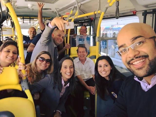 R.R. Soares anda de ônibus no Rio de Janeiro