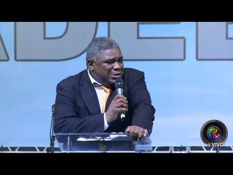 Pastor Genival Bento se nega a pregar e passa microfone para Napoleão Falcão