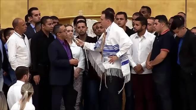 Pastores testemunhando sobre a fogueira santa de israel