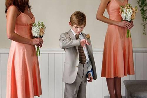 Garoto vestido de noivo, ilustrando crente que chega atrasado