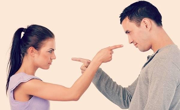 Mulher tentando mudar o marido