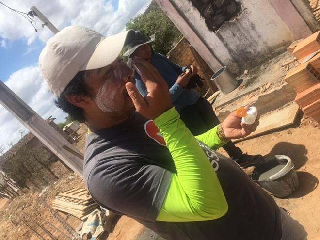 Samuel Mariano passando protetor solar