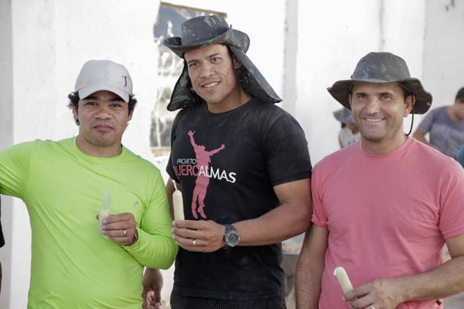 Samuel Mariano ao lado de pedreiros