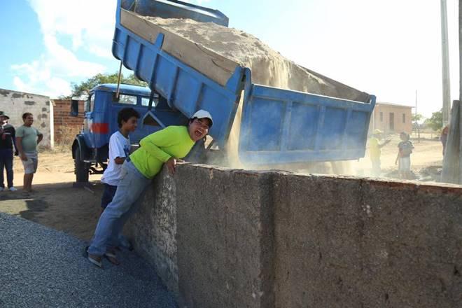 Samuel Mariano comemorando a chegada da caçamba de areia