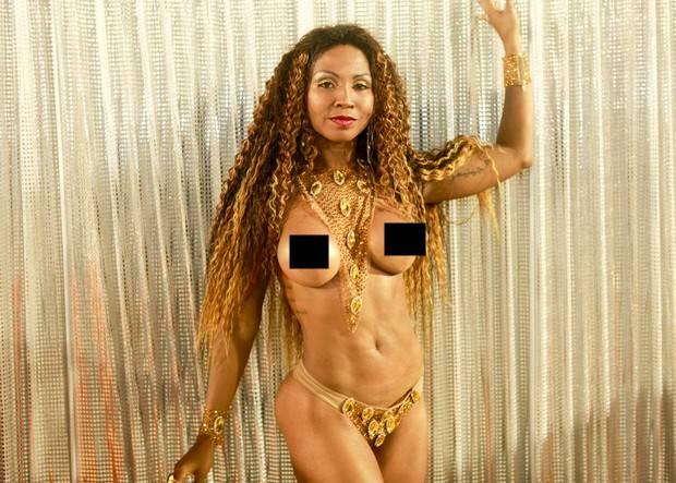 Tuane Rocha, evangélica desfilando sem roupa no Carnaval.