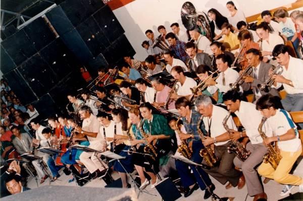 Pastor Cesino tocando na orquestra da igreja