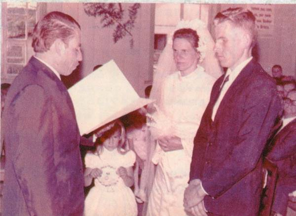 Pastor Cesino celebrando um casamento