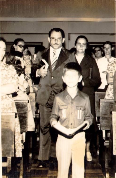 Pastor Cesino entrando na igreja com sua família