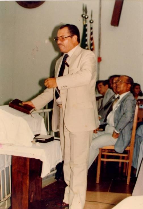 Pastor Cesino ministrando a palavra