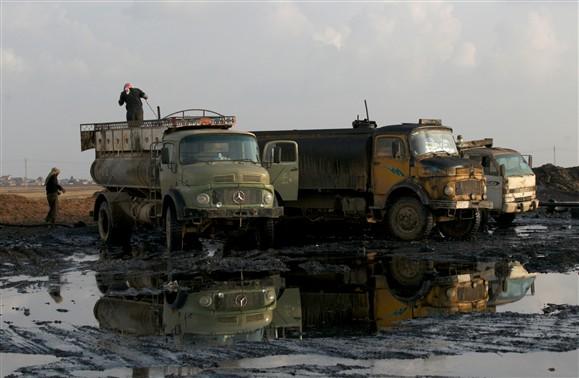 Petróleo vendido pelo Estado Islâmico a comerciantes locais