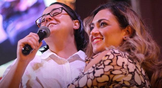 Lanna Holder se declara para Rosania Rocha durante culto de Pascoa