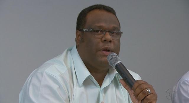 Esteves Jacinto anuncia que recebe cachê no cartão de crédito e causa polêmica